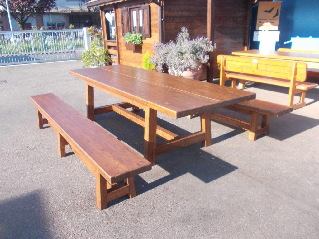 tavolo e panche in legno